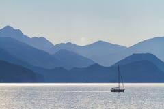 Meer, Berge und ein Fischerboot Lizenzfreie Stockfotografie