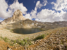 Meer in bergen met grote rots in Turkije Aladaglar Royalty-vrije Stock Fotografie
