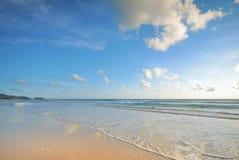 Meer bewegt auf den Strand wellenartig Stockfotografie