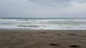 Meer bewegt auf den Strand wellenartig stock video