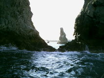 Meer bewegt Felsen wellenartig Stockbild