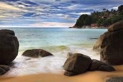 Meer bewegt Peitschenzeile Auswirkungsfelsen auf dem Strand wellenartig Lizenzfreies Stockfoto