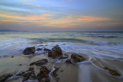 Meer bewegt Peitschenzeile Auswirkungsfelsen auf dem Strand wellenartig Lizenzfreie Stockfotografie