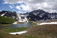 Meer bij de bergen royalty-vrije stock afbeelding