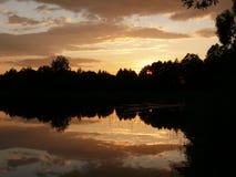 Meer bij zonsondergang stock afbeeldingen