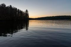 Meer bij zonsondergang Stock Foto's