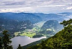 Meer Bohinj door bergen van het nationale park dat van Triglav wordt omringd mening van de kabelwagen hoogste post van Vogel, Slo Stock Afbeeldingen