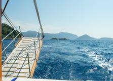 Meer, Boot und Insel Lizenzfreie Stockfotos