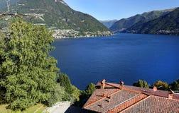 Meer Como van de weg Bellagio wordt gezien - Como, in een zonnige ochtend die royalty-vrije stock afbeeldingen
