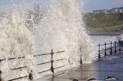 Meer, das über Geländern abbricht Stockfoto