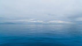 Meer, das mit dem Himmel verschmilzt Lizenzfreie Stockfotos