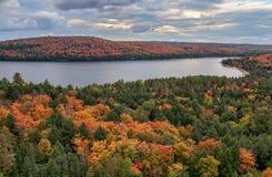Meer dat door de Bomen die van de Herfst wordt omringd Kleuren veranderen Royalty-vrije Stock Afbeeldingen