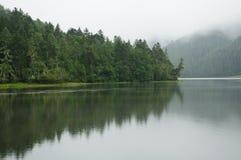 Meer dat met mist in SHANGRI-LA wordt behandeld Royalty-vrije Stock Afbeeldingen
