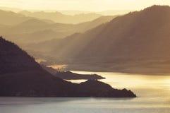 Meer in de bergen bij zonsondergang royalty-vrije stock fotografie