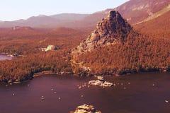 Meer in de bergen in de zomer royalty-vrije stock foto