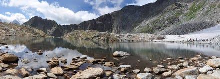 Meer in de bergen van de Kaukasus Royalty-vrije Stock Afbeeldingen