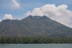 Meer in de krater van de vulkaan Stock Afbeelding