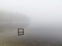 Meer in de mist stock afbeeldingen