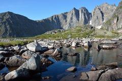 Meer in de Rand van bergenbarguzinsky op Meer Baikal Royalty-vrije Stock Foto's