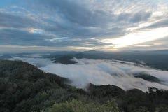 Meer der Zeit des Nebels morgens Stockfotografie