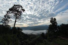 Meer der Zeit des Nebels morgens Lizenzfreies Stockfoto