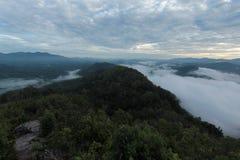 Meer der Zeit des Nebels morgens Stockbild