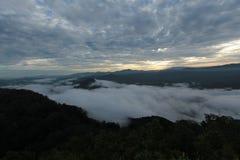 Meer der Zeit des Nebels morgens Lizenzfreie Stockbilder