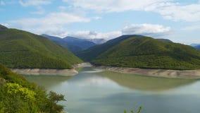 Meer dichtbij de bergen Bergen die met bossen worden behandeld stock footage