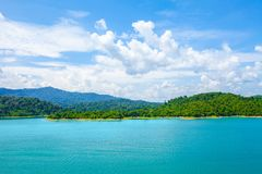 Meer in diep bergbos van Ratchaprapa-Dam Chaew Lan Dam Su royalty-vrije stock foto