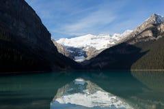 Meer door Sneeuwbergen in de schaduw die wordt gesteld die Royalty-vrije Stock Foto
