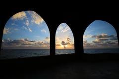 Meer durch Bögen Stockfotografie
