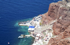 Meer durch die Felsen in Oia, Santorini Stockfotos