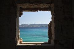 Meer durch ein unterbrochenes Fenster Stockbild