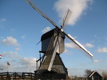 Meer eigentijdse die windmolen in het oude landbouwbedrijf door Kinderdijk dichtbij Rotterdam, Nederland wordt gesitueerd royalty-vrije stock afbeelding