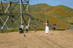 Meer Elsinore, Californië - Maart 22, 2019: De toeristen, de wandelaars, sociale media influencers en de modellen in kostuum neme stock foto's