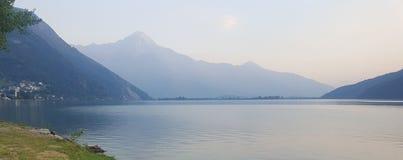 Meer en Alpen in schemering stock fotografie