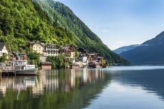 Meer en berg in Hallstatt, Oostenrijk stock afbeeldingen