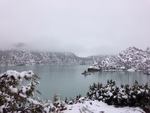 Meer en berg in sneeuw Stock Fotografie