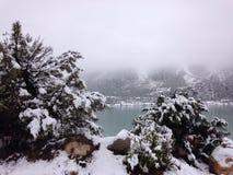Meer en berg in sneeuw Stock Foto