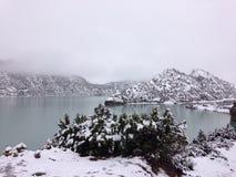 Meer en berg in sneeuw Stock Afbeeldingen