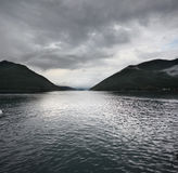 Meer en bergenlandschap stock fotografie