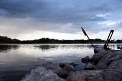 Meer en Donkerblauwe stormachtige bewolkte hemel in avond Royalty-vrije Stock Fotografie
