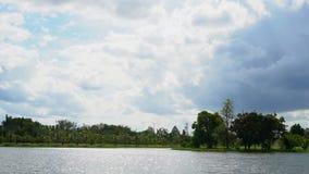 Meer en hemel in diep bos stock videobeelden