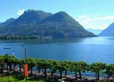 Meer en stad van Lugano Stock Afbeelding