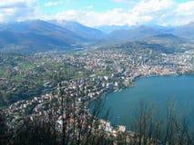 Meer en stad van Lugano Stock Foto