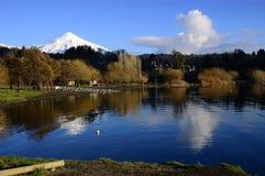 Meer en Volcano Villarrica Stock Foto's