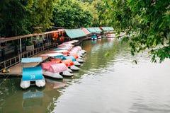 Meer en vrije tijdsboot bij Dusit-Dierentuin in Bangkok, Thailand royalty-vrije stock foto's