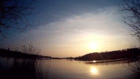 Meer en zon die uit de merenoppervlakte nadenken stock footage