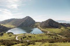 Meer Enol in het natuurreservaat van de meren van Covadonga, Picos D Stock Foto's
