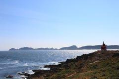 Meer, Felder und Leuchtturm Stockbild
